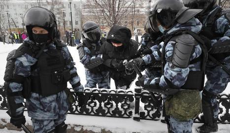 Policies amb un dels manifestants que van ser detinguts ahir durant les protestes.