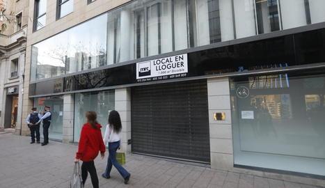El local de la botiga Sfera, a l'Eix Comecial al costat de l'Arc del Pont, ja està per llogar.