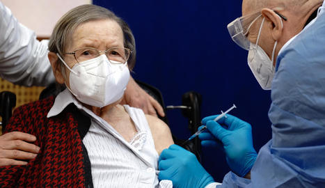 Una anciana alemanya rep una dosi de la vacuna de Pfizer.