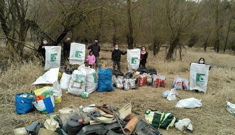 Els residus que van recollir a la cua del pantà d'Oliana.