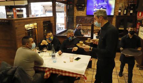 Diverses persones al restaurant Llobregat de Lleida més enllà de les 15.30 hores.