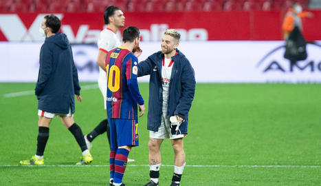 Messi saluda el també argentí 'Papu' Gómez.