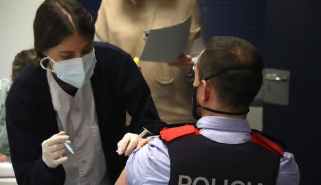 Un centenar de mossos de la comissaria de la Seu d'Urgell reben la primera dosi de la vacuna
