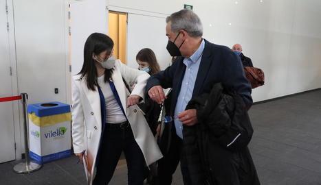 El director de SEGRE, Santiago Costa, saluda a l'estil Covid la candidata d'Esquerra Marta Vilalta.