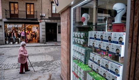 L'aparador d'una botiga que ofereix mascaretes a Toledo.