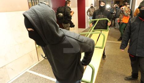 IMÁGENES | Concentración en apoyo a Pablo Hasél y cierre en el Rectorado