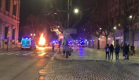 Un contenidor cremat davant de la subdelegació del Govern espanyol