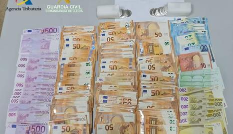 Imatge dels diners que l'home portava amagats en una bossa de viatge.
