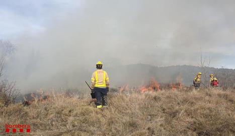 Efectius ahir a la crema de massa forestal a Torallola.