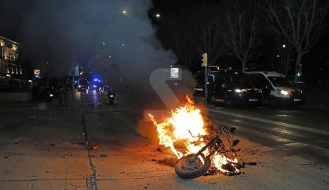 Una moto de la Guàrdia Urbana de Lleida cremada en els disturbis.
