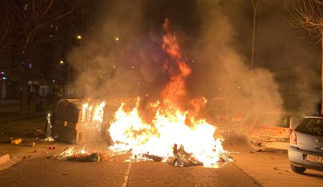 Un dels contenidors que els manifestants han cremat a Lleida