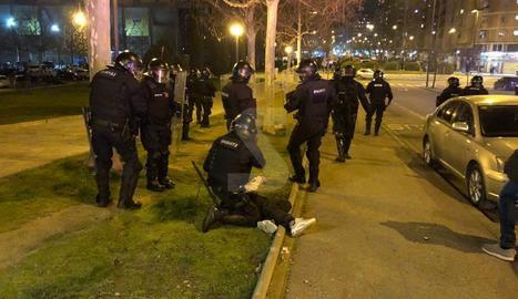 Mossos detenen una persona durant la segona jornada de protestes a Lleida per l'empresonament de Pablo Hasel.