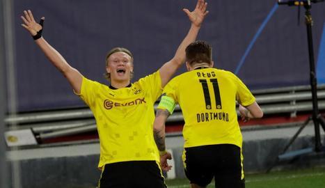 Haaland celebra un dels seus gols amb Marco Reus.