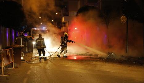 Incendi de contenidors ahir al carrer Virginia Woolf, a Pardinyes, que va afectar una tanca i un arbre.