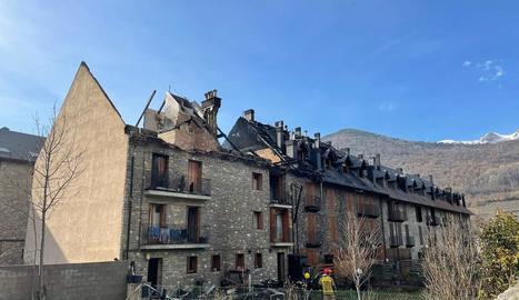 Efectius dels Bombers van sanejar ahir l'immoble afectat per l'incendi.