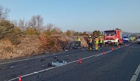 El turisme que conduïa la víctima va cremar i va quedar calcinat després de la col·lisió frontal.