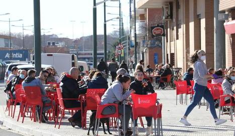 Imatge de clients ahir al migdia en una terrassa de Lleida ciutat.