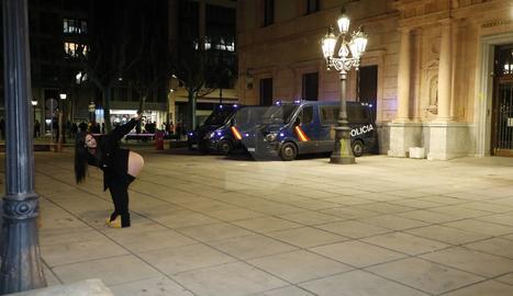 Una de les participants en la protesta mostra el cul als policies que protegeixen la subdelegació del govern espanyol a Lleida.