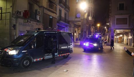 Furgons dels Mossos d'Esquadra al carrer Major de Lleida després de dissoldre grups de manifestants.