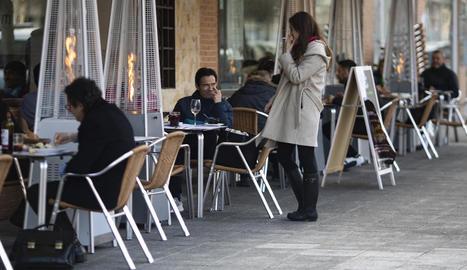 Clients consumint en una terrassa d'un bar de Carabanchel, a Madrid.