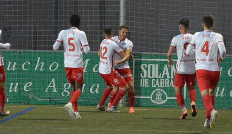 Jugadors del Lleida feliciten Marc Martínez al marcar el gol que va donar la victòria a l'equip.