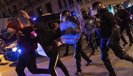 Agents dels Mossos miren de dispersar la manifestació en suport a Hasél, ahir a la nit a Barcelona.