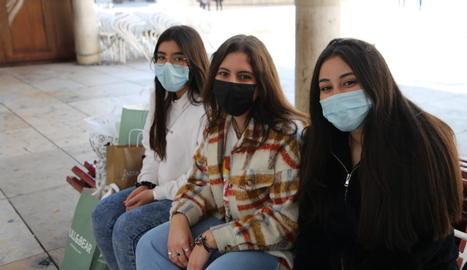 Tres joves de Lleida amb mascareta, que és obligatòria des del 19 de maig del 2020.