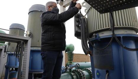 Un operari, al reparar ahir les connexions en una de les bombes afectades a l'estació de Castelló.