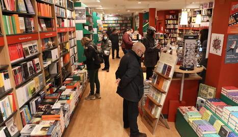 Clients en una llibreria de l'Eix Comercial de Lleida aquest febrer.