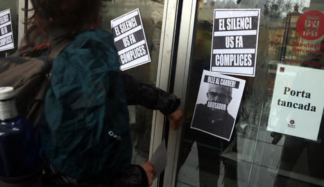 Cartells a la porta de l'Institut del Teatre contra Joan Ollé.