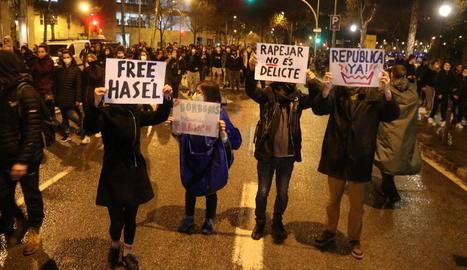 Cartells per la llibertat de Hasél i contra la monarquia, ahir, en la protesta a Barcelona.