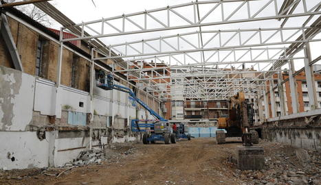 L'estat actual de les obres de demolició de l'edifici, del qual ja només queda part de l''esquelet'.