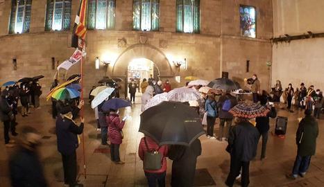 La cantada 144 sota la pluja dels cantaires amb, entre altres reivindicacions, la llibertat dels presos.