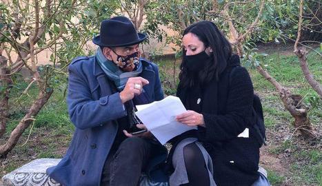 L'actor José Corbacho durant una de les converses amb persones afectades per la crisi.