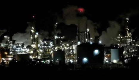 Vista nocturna d'un complex petroquímic.