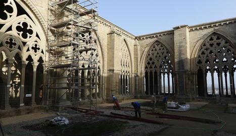 L'última bastida de les obres, al pilar del claustre davant el Portal Major d'accés a la nau central.