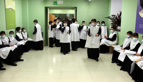 Escolanets de Montserrat es preparen per cantar a la basílica.