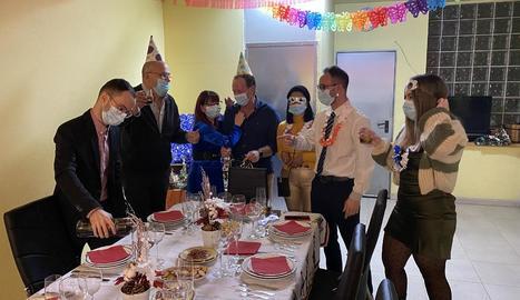La família Ortega i la família Font de Mollerussa, dos 'bombolles' que es van reunir per Cap d'Any.