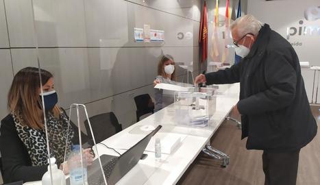 Un dels socis de Pimec a Lleida, ahir exercint el seu dret al vot.