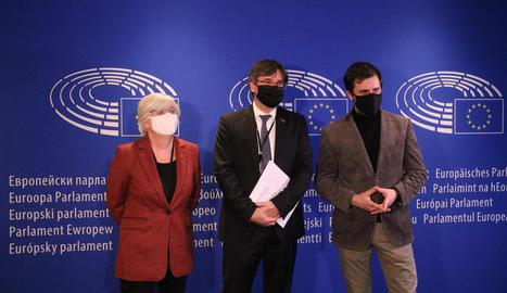 Ponsatí, Puigdemont i Comín, en una imatge d'arxiu al Parlament europeu.