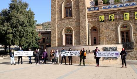 Les treballadores de la residència Verge de Ribera de la Pobla de Segur protestant davant de l'Ajuntament.