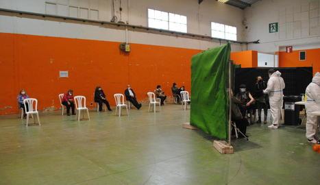 Els pavellons de Mollerussa acullen des d'ahir la campanya de vacunació a majors de 80 anys.