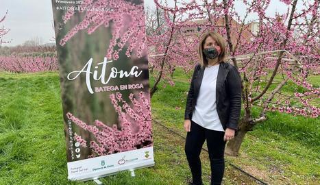 L'alcaldessa d'Aitona, Rosa Pujol, amb la campanya del 2021.