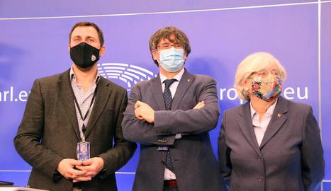 Toni Comín, Carles Puigdemont i Clara Ponsatí, ahir, després de comparèixer a l'Europarlament.
