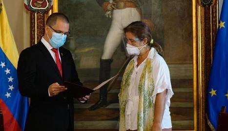 El ministre d'Exteriors veneçolà, Jorge Arreaza, i l'ambaixadora de la UE, Isabel Brilhante Pedrosa.