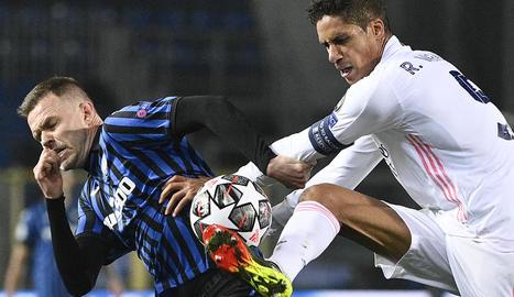 Varane disputa la pilota amb el jugador de l'Atalanta Toloi.
