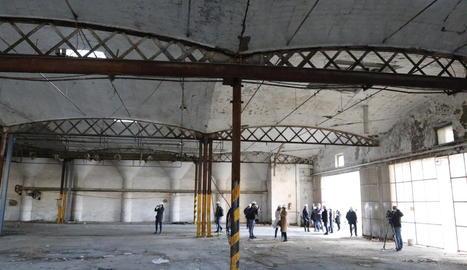 Vista general del magatzem dels Docs, que ahir va visitar el govern de la Paeria, i que formarà part de la nova estació d'autobusos.