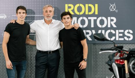 Josep Esteve, director general de Rodi Motor Services, amb els germans Àlex i Marc Márquez.