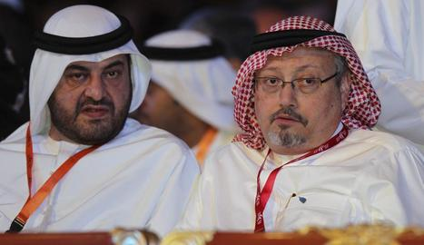 Imatge d'arxiu del periodista saudita, Jamal Khashoggi (dreta), feta el 2012.