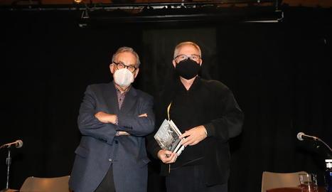 El periodista Lluís Foix posa amb l'exdirector de SEGRE Juan Cal, ahir al Cafè del Teatre de Lleida.